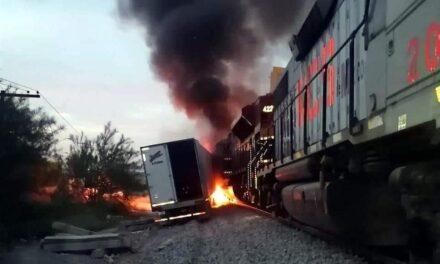 """Tren se lleva """"de corbata"""" a un tráiler en la carretera Monterrey – Saltillo"""