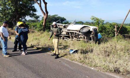 Dos lesionados en volcadura de camioneta en la carretera Coatepec – Tuzamapan