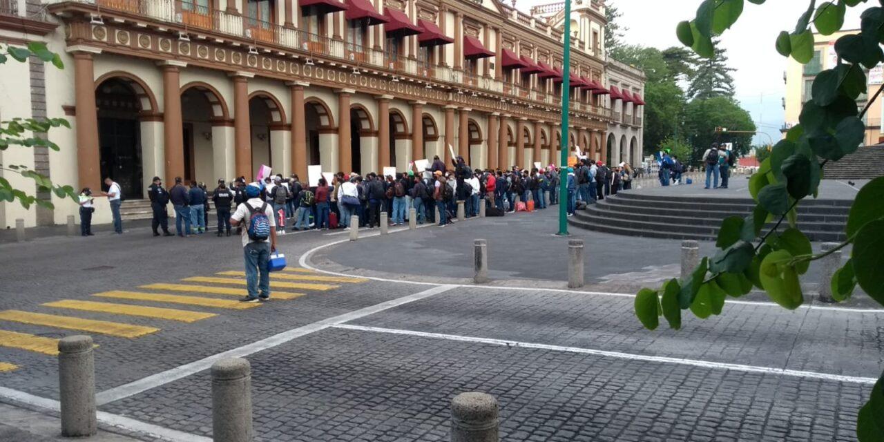 Manifestantes cierran la vialidad en el centro de la ciudad de Xalapa.