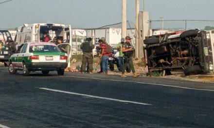 Vuelca camioneta en accidente de tránsito, a la altura de El Lencero