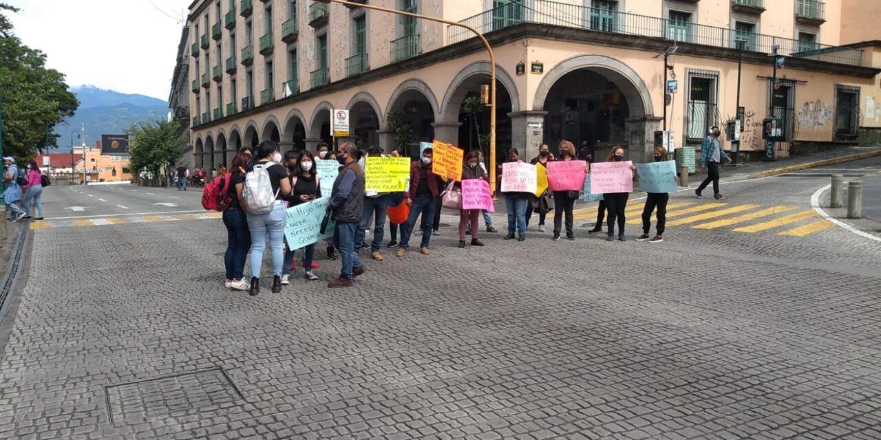 Padres de niños con cáncer mantienen cerrado el centro de Xalapa