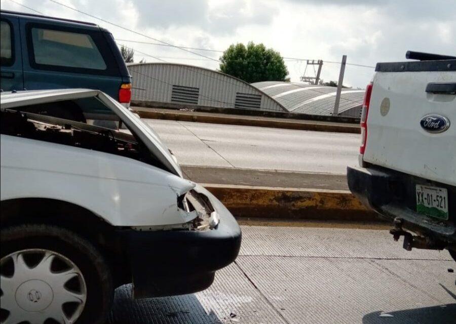 Choque por alcance sobre la avenida Lázaro Cárdenas, a la altura del puente Miguel Alemán