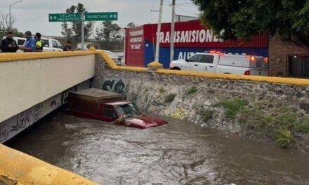 Se queda camioneta dentro de un dren pluvial ubicado a un costado de la autopista México-Querétaro