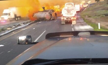 Pipa cargada con químicos vuelca sobre la Autopista Puebla – Córdoba a la altura del km 208