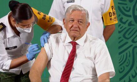 AMLO recibe segunda dosis de vacuna contra Covid-19 en la Mañanera