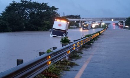 Se desborda el Río no hay paso en la autopista La Tinaja-Cosoleacaque