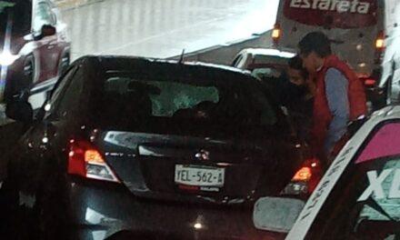 Conductora sufre desmayó y choca en el puente de Pípila