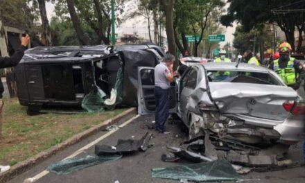 Dos autos volcados en accidente múltiple en Miguel Ángel de Quevedo en la CDMX: tres lesionados