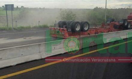 Se voltea remolque de tráiler sobre la autopista Veracruz – Xalapa