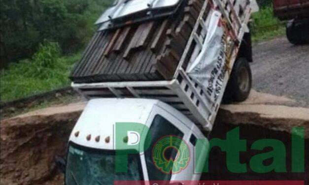 Debido a la lluvia, cae camioneta en Socavón sobre la carretera  Río Grande-Juquila en Oaxaca