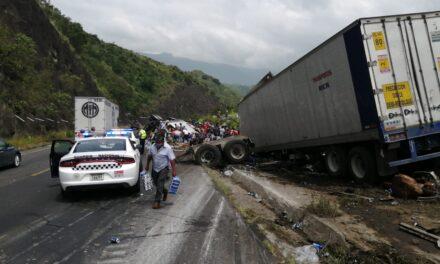 VIDEO: Rapiña en la Puebla-Orizaba; tráiler de refrescos volcó