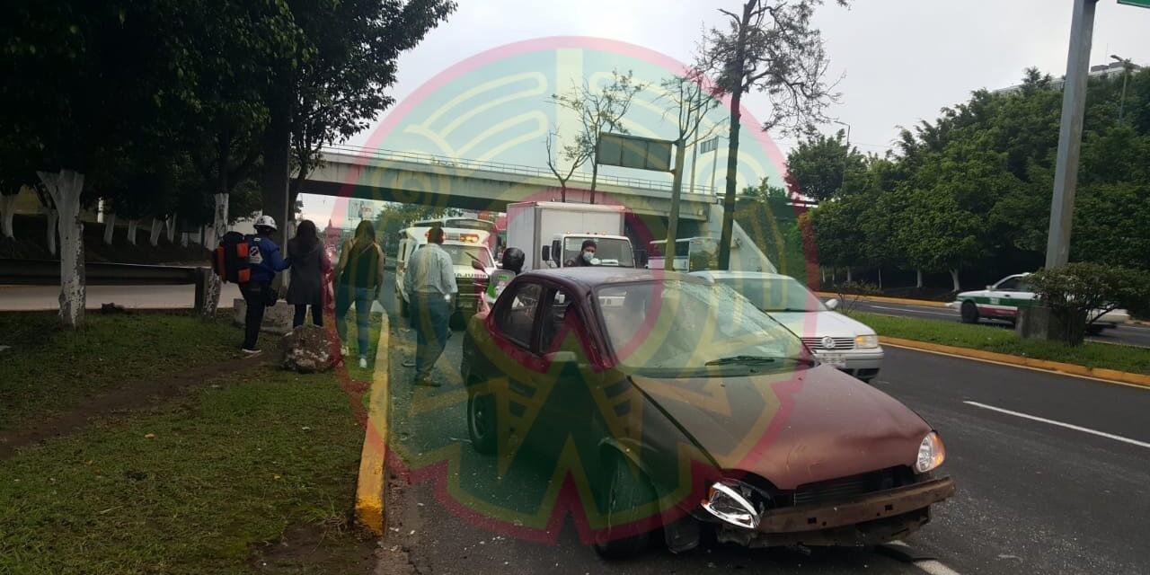 Conductora sufre accidente a la altura del distribuidor vial El Trébol, en Xalapa
