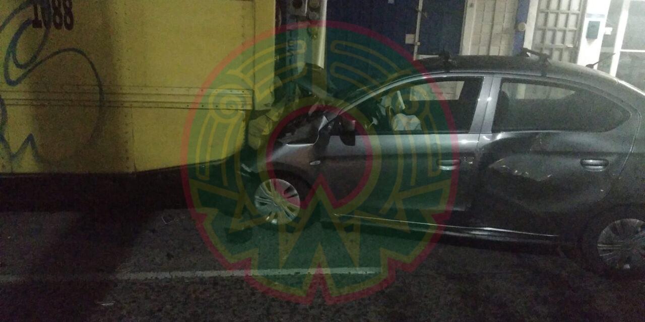 Se impacta contra camión y abandona vehículo en la avenida Xalapa