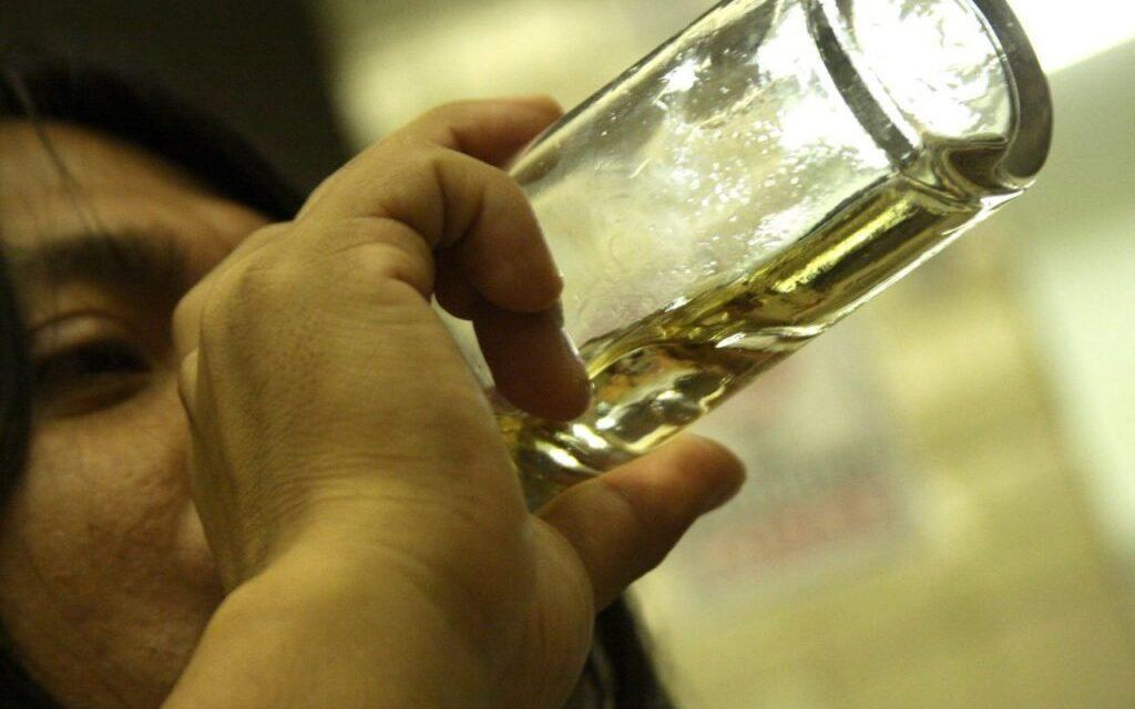 ¿Beber alcohol puede reducir efectividad de vacunas COVID-19?