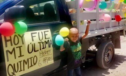 Con camioneta adornada, niño de 6 años celebra haber vencido el cáncer