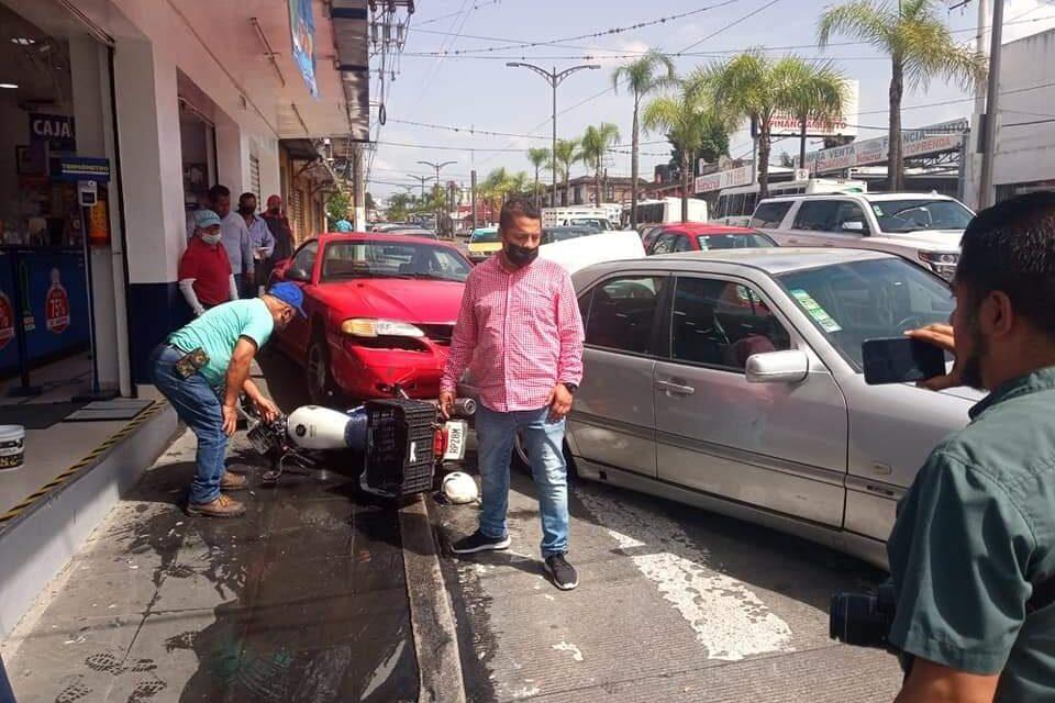 PIERDE CONTROL DEL MUSTANG E IMPACTA MOTOCICLETA Y VEHÍCULO EN CÓRDOBA