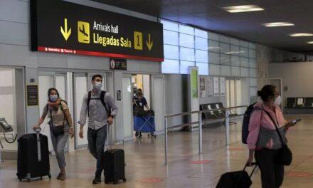 Francia impone uso de pasaportes covid para impulsar vacunación