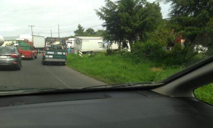 Trailer se sale de la carretera en el tramo Xalapa – Las Vigas