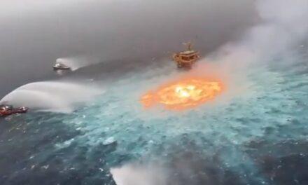 Video: Se registra incendio en ducto marino de Pemex en Campeche