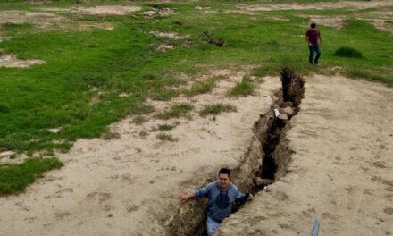 Enormes grietas en el suelo alertan a San Salvador Atenco, Edomex