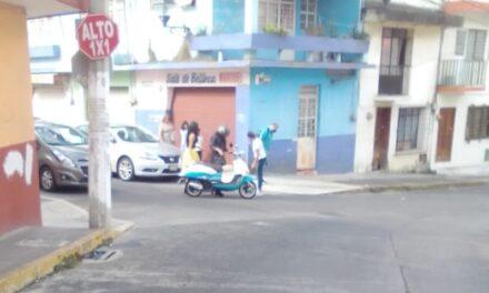 Mujer sufre caída de motocicleta en la zona centro de Xalapa