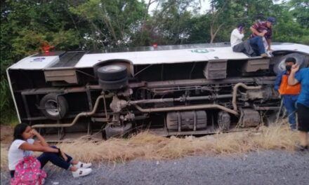 Se sale de la carretera camión de la línea TRS, en el municipio de Actopan