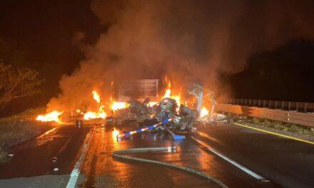 Fuerte choque en la autopista Cosoleacaque-La Tinaja provoca incendio en tractocamión.