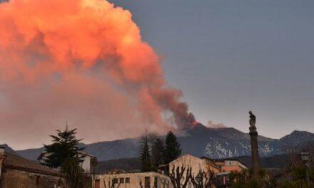 El volcán Etna registra nueva erupción y obliga a cerrar el aeropuerto de Catania