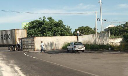 Vuelca tráiler en la carretera Veracruz – Xalapa, a la altura del Km13. 5