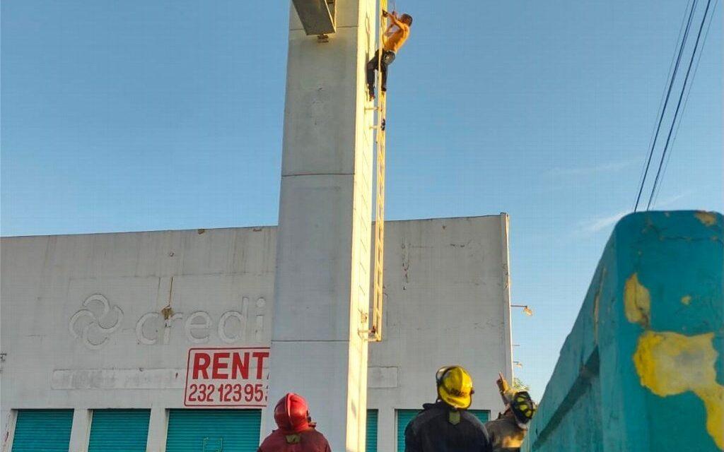 Rescatan nuevamente a sujeto que intentaba aventarse de lo alto de un espectacular, en Veracruz