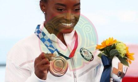 Simone Biles gana bronce en la barra de equilibrio