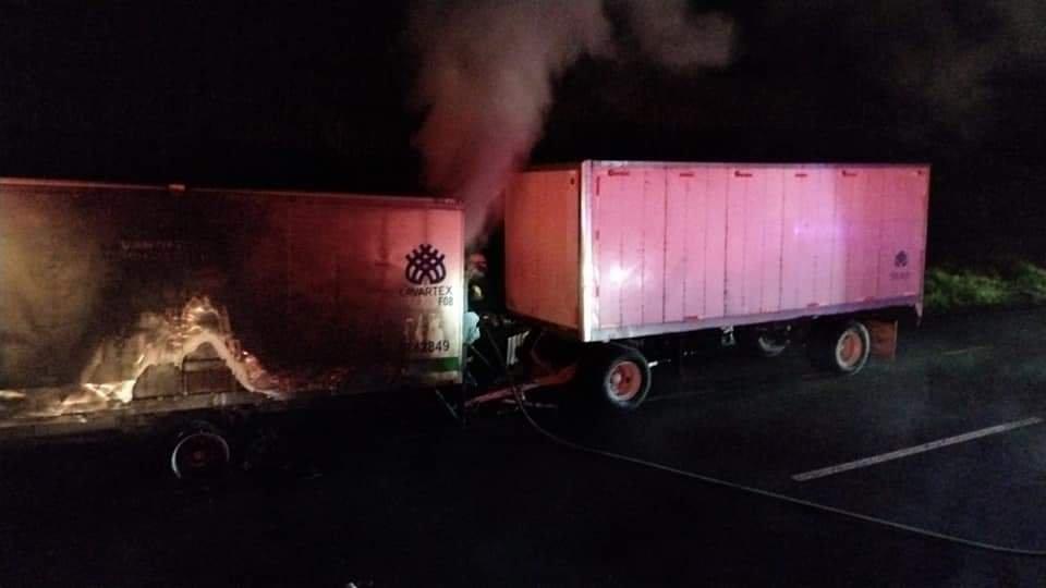 Se incendia caja de tráiler en la autopista Perote-Xalapa