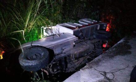 Durante la madrugada un vehículo volcó en la carretera Xalapa- Coatepec, vía Las Trancas