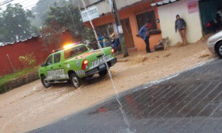 Elementos de tránsito auxilian a familia atrapada en Xalapa
