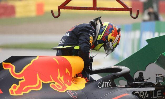 Video: Checo Pérez sufre accidente antes de iniciar la carrera del Gran Premio de Bélgica🤦♂️