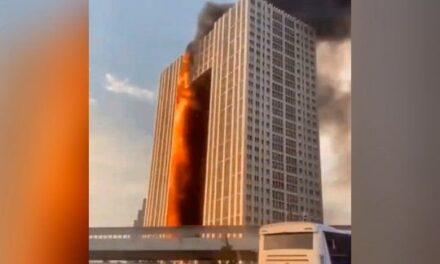 Un gran incendio consume un rascacielos residencial en la ciudad china de Dalian (VIDEO)