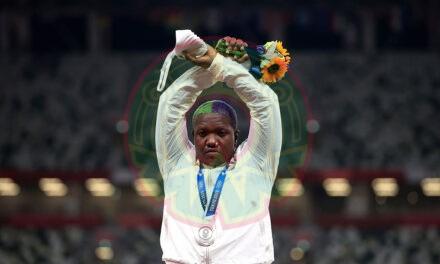 Raven Saunders: qué significa el gesto que hizo la atleta en el podio olímpico