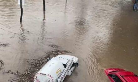 Video: Pipa de gas queda atrapada por el agua, a la altura de Plaza Animas