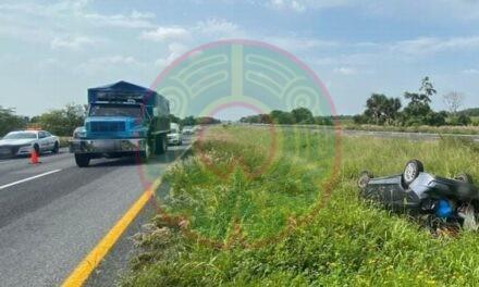 Vuelca auto en carretera La Tinaja – Cosoleacaque