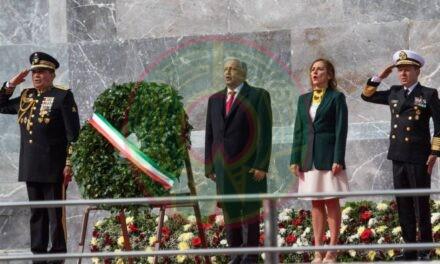 El presidente depositó una ofrenda floral, rindió honores a la Bandera Nacional y a los defensores de la Patria