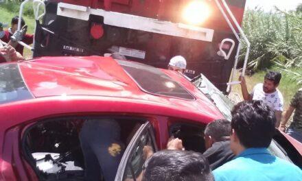 ¡Qué susto! Auto con familia a bordo es impactado por el Tren en Tlajomulco