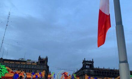 Izamiento de la bandera a media asta en conmemoración a las víctimas de los sismos del 19 de Setiembre 1985 y 2017.