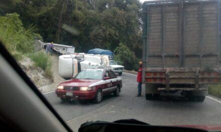 Se voltea unidad pesada en la carretera federal Tlapacoyan-Atzalan