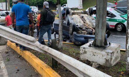 Video: Se voltea vehículo en la avenida Lázaro Cárdenas, a la altura de El Trebol