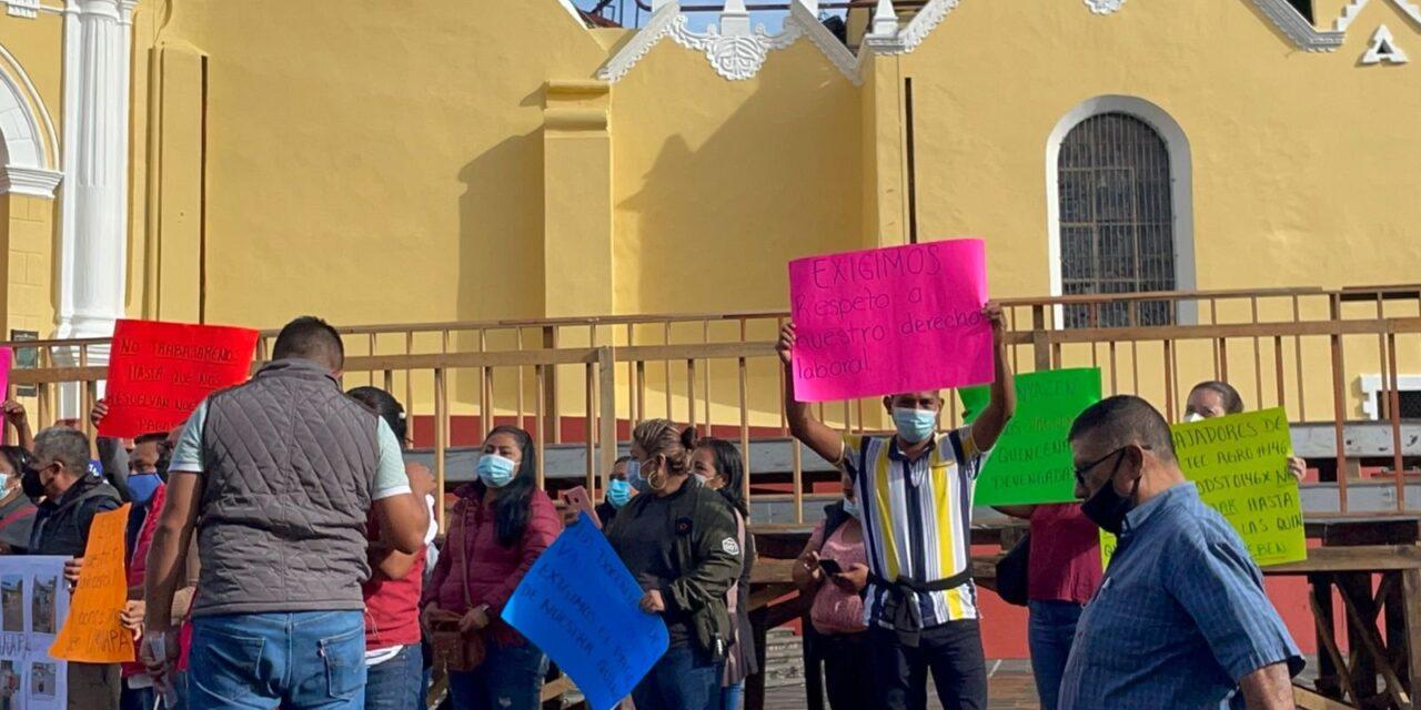 Docentes indígenas del Valla del Uxpanapa, se manifiestan en la plaza Lerdo de Xalapa