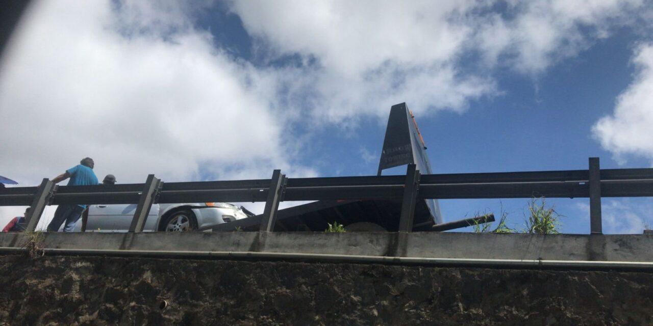 Conductor se impacta contra luminaria en la avenida Lázaro Cárdenas, Xalapa