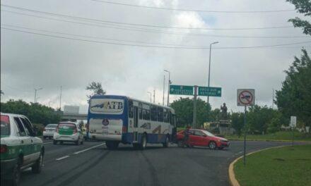 Accidente de tránsito sobre la Avenida Lázaro Cárdenas, a la altura del Arco Sur