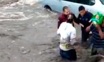 Vecinos salvan a bebé arrastrado por corriente en calles de Ecatepec (video)