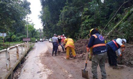 Retiran alud de tierra de la carretera Xalapa – Coatepec, vía Briones