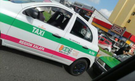Chocan dos taxis en la avenida Lázaro Cárdenas, a la altura del hotel HB en Xalapa